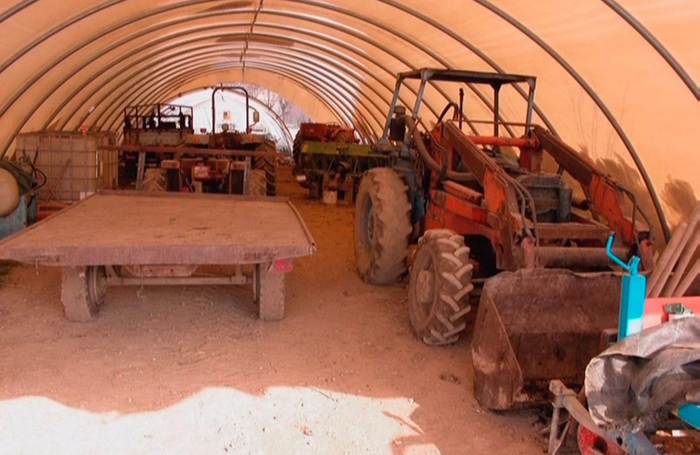 trattori e utensili agricoli idonei alla coltivazione e alla filosofia della cooperativa aretè